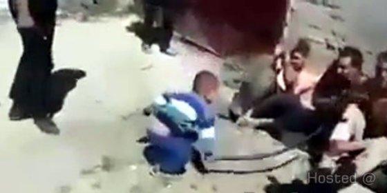 [Vídeo] Así dan latigazos los compinches del EI a sus aterrorizados prisioneros... ¡con ayuda de un bebé!