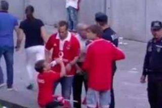Brutal agresión de la policía a un aficionado del Benfica en presencia de sus hijos pequeños