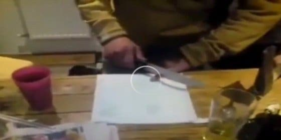[Vídeo sin censura] El borracho que se amputa un dedo para divertirse
