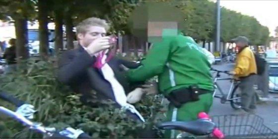 El video del hombre que intenta clavarle un consolador rosa a un policía