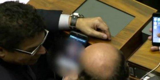 """Con esta cara mira un vídeo porno el diputado brasileño en plena sesión: """"Solo estaba borrando la paja"""""""