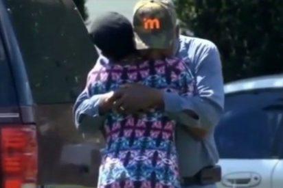 La mujer que abraza al camionero que ha aplastado a su hermana de 5 años