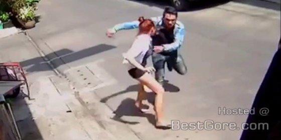 [Vídeo] El 'cornudo' asesino que le da de puñaladas a su exnovia en la calle