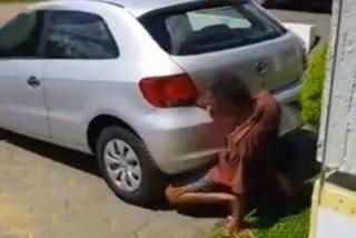 El pervertido que tiene sexo con un coche... ¡metiendo su pene en el tubo de escape!