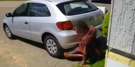 [Vídeo sin censura] El pervertido que tiene sexo con un coche... ¡metiendo su pene en el tubo de escape!