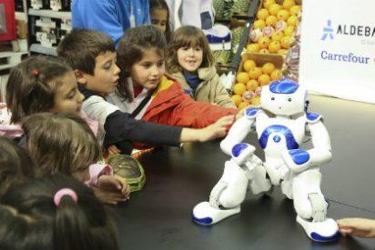Carrefour estrena en Cáceres su programa de educación infantil impartido por un robot