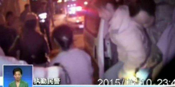 [Vídeo] ¿Cómo mete un empresario a 50 chinos en una furgoneta para 6 con tal de ahorrar gasolina?