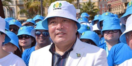 Al jefe que se ha llevado de vacaciones a 6.400 empleados no le van los cuentos chinos
