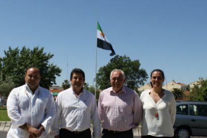 La bandera de Extremadura ya ondea en la Rotonda de la Capitalidad en Mérida