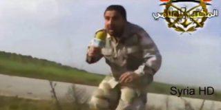 [Vídeo] El reportero del EI que llora histérico tras ser herido de muerte por un bombazo de la coalición
