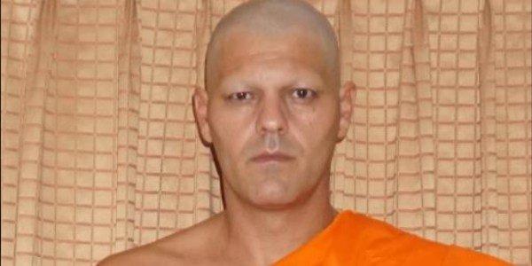 Frank Cuesta cambia radicalmente su imagen y se hace monje budista