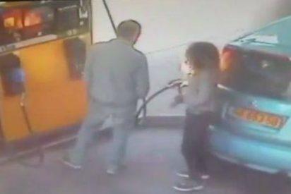 La fumeta le quema el coche en una gasolinera porque no le da un cigarrillo