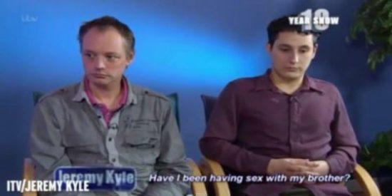 La pareja gay descubre en TV que son hermanos y se queda descompuesta