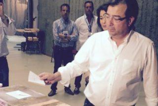 Guillermo Fernández Vara vota en la localidad pacense de Olivenza