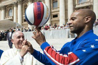 El Papa hace malabares con los Harlem Globettrotters