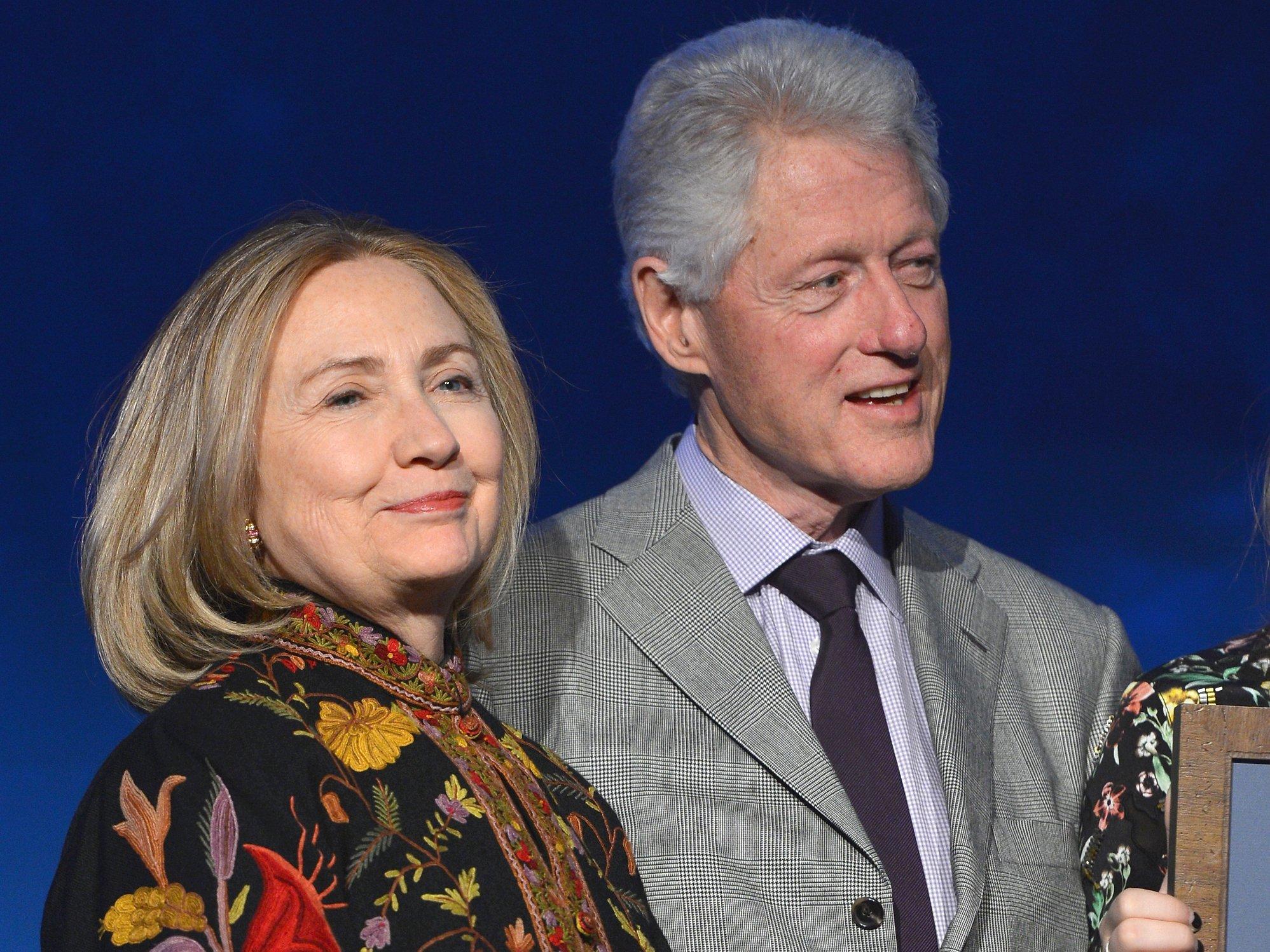 El matrimonio Clinton se ha embolsado en apenas un año 25 millones de dólares por soltar discursos