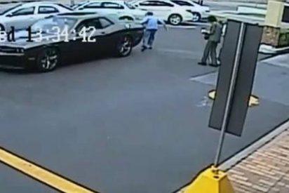 El vídeo de los dos impresentables que atropellan a una anciana y se fugan