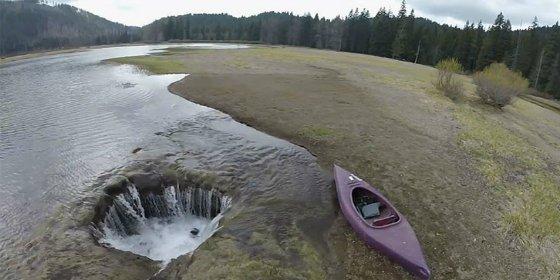 El vídeo del misterioso lago de EEUU que se vacía por un agujero sin fondo