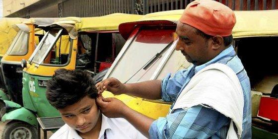 Los curiosos limpiadores de orejas en la India: no es cera todo lo que arde