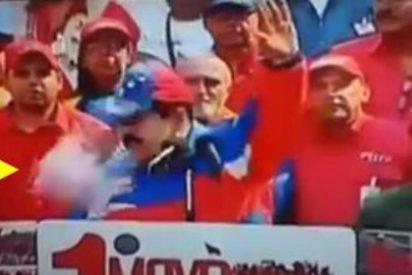 [Vídeo] Lanzan a Maduro un pañal cagado y casi le hacen perder la chaveta... del todo
