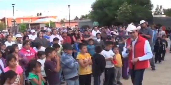 """El político mexicano que riñe a sus seguidores en un mitin: """"¡Si ni a su familia trajeron!"""""""