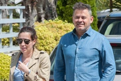 Miki Nadal y su mujer visitan a su hija en la incubadora