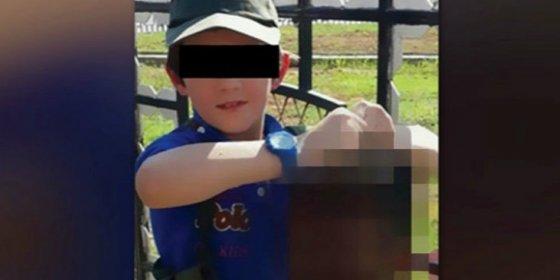 El niño que se fotografió con la cabeza decapitada de un soldado quiere volver