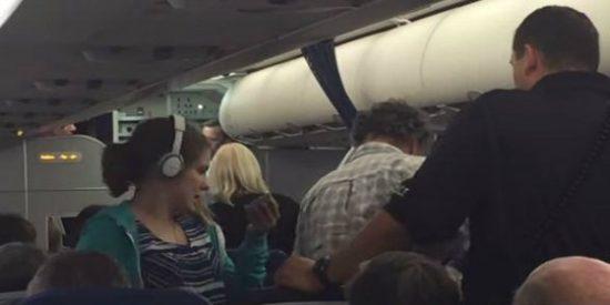 """[Vídeo] El piloto hace un aterrizaje de emergencia para desalojar a una niña autista: estaba """"incómodo"""""""
