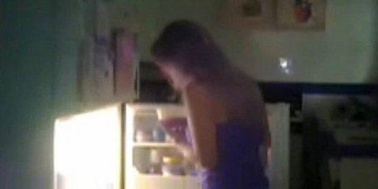 [Vídeo] A esta chica que escupe en la comida de sus compañeros de piso le pueden caer 20 años