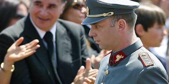 Pillan al nieto de Pinochet esnifando cocaína como un poseso en la calle