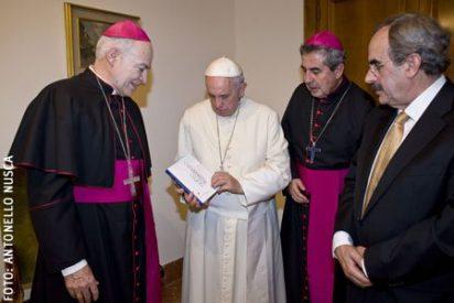 El Papa bendice la Biblia de la Iglesia en América (BIA)