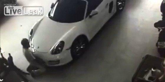 [Vídeo sin censura] El 'cochino sibarita' que se fornica a un Porsche