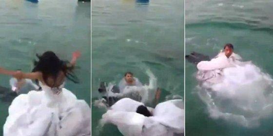 [Vídeo] La mujer que se ahoga en el mar por culpa de su vestido de novia