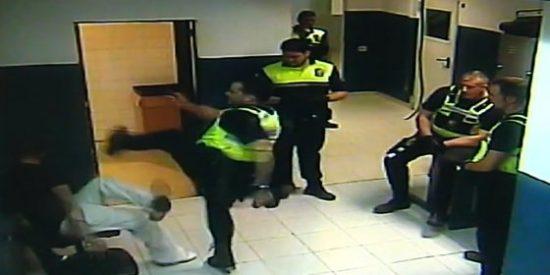 El vídeo del policía local de Palma que le pega dos patadas en la cara a un esposado