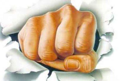 Un facineroso deja inconsciente de un puñetazo a una chica que le recriminó que le tocase el 'c***'