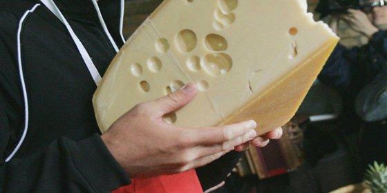 Descubren por fin el misterio de por qué el queso suizo tiene agujeros