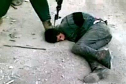 [Vídeo sin censura] El sirio al que clavan una bayoneta en la cabeza por vender armas en la calle