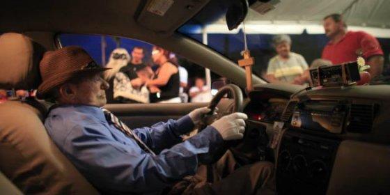 El taxista muerto velado al volante de su coche se mandó una corona de flores
