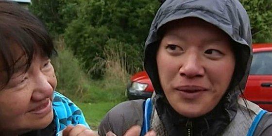 El vídeo de la mujer que sobrevivió en el bosque bebiendo su leche materna
