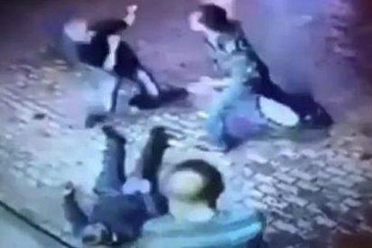 Así deja fuera de combate un animoso anciano ruso a dos chulos que pretenden atracarle
