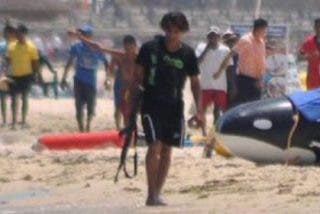 Así escapa como una rata fusil en mano el terrorista tras matar a 38 turistas