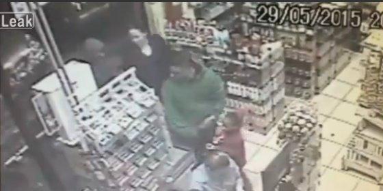 El vídeo del policía que mata a un ladrón delante de su hija pequeña