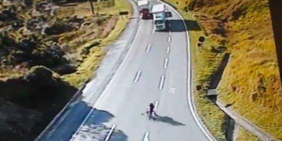 Los tres chicos que mueren aplastados por un camión en una bicicleta