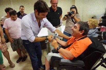 Cayetano Rivera visita a los enfermos de la asociación Asprona
