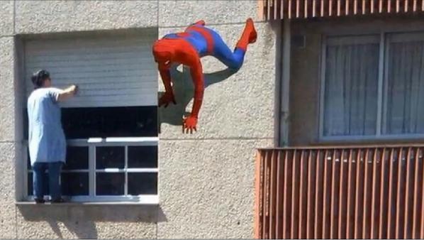 """La spiderman gallega que se juega la vida limpiando sus ventanas: """"Es una costumbre"""""""