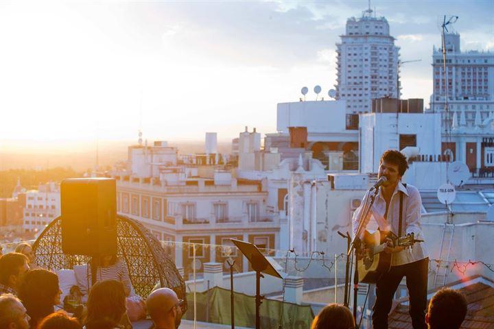 Coque Malla conquista el cielo de Madrid en el concierto '43 live the roof'