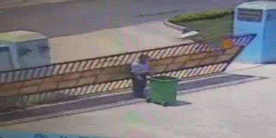 [Vídeo sin censura] Así muere 'degollado' por el cubo de la basura un desventurado