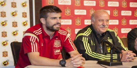 A Del Bosque le vuelve a tocar cambiar el silbato por la manguera apagafuegos 'gracias' a Piqué