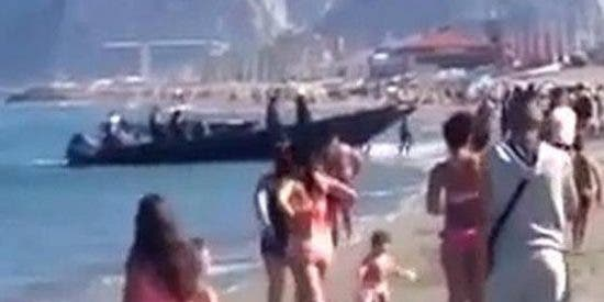[Vídeo] Con este descaro desembarcan droga en la abarrotada playa gaditana