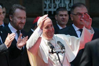 El papa Francisco recibe las llaves de Sarajevo de manos de su alcalde
